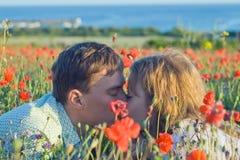 Yong-Paare mit Blumen nahe dem Meer Stockbild