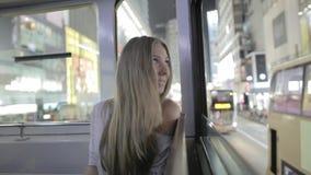 Yong Woman in een Tram stock videobeelden