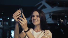 Yong Woman Taking Pictures By Smartphone Mujer elegante del viajero del verano con el teléfono al aire libre en la ciudad europea metrajes