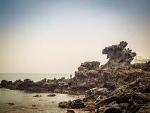 Yongduam également connu sous le nom de roche de tête de dragon qui a été créée par des vents violents et ondule au-dessus des mi Photos stock