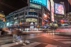 Yonge-Dundas广场在街市多伦多在晚上 免版税库存图片