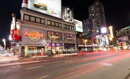 Yonge gata Toronto på natten Arkivbild