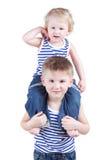Yonger brat siedzi na ramionach jego brat Fotografia Stock