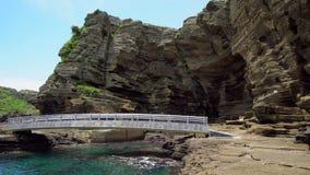 Yongmeori Kustgang op Jeju-Eiland, Zuid-Korea Ruwe die Geologische formatie met Erosie wordt gemaakt stock video