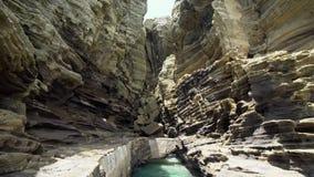 Yongmeori Kustgang op Jeju-Eiland, Zuid-Korea Ruwe die Geologische formatie met Erosie wordt gemaakt stock footage