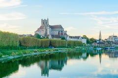 Yonne flod och kyrkor, i Auxerre Royaltyfria Foton