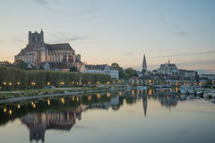 Yonne flod och kyrkor, i Auxerre Royaltyfri Foto