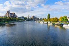 Yonne-Fluss und -kirchen, in Auxerre Lizenzfreies Stockfoto