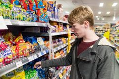 York Förenade kungariket - 01/10/2018: En shopping för ung man för snac Arkivfoton