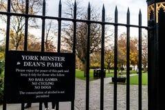 York Förenade kungariket - 11/18/2017: ` S för den York domkyrkadekanen parkerar entr Royaltyfria Foton