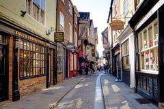 York-heilloser Durcheinander, Shops in der mittelalterlichen Straße Lizenzfreie Stockfotografie