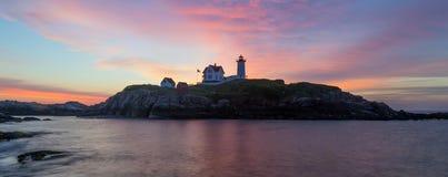 York Maine - ljus soluppgångkontur för Nubble Royaltyfria Foton