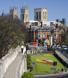 York Minster et mur de ville - York - Angleterre Images stock
