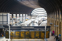 YORK, REGNO UNITO - 29 MARZO: Visualizzazione delle informazioni del treno alla ferrovia S di York Fotografia Stock