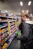 York, Reino Unido - 01/10/2018: Compras del hombre joven para el snac Foto de archivo libre de regalías