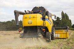 York UK - 5 AUGUSTI 2015 En nya Holland Combine Harvester på wo arkivfoto