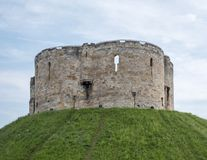 Clifford`s Tower, built at the top of a mound by William the Conqueror. Site of Jewish suicide and massacre of Jews by a mob. York UK. Clifford`s Tower, built Stock Images