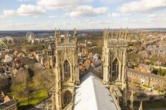 YORK UK - MARS 30: Taklägga av den York minsteren som förbiser staden.  Arkivfoto
