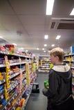York, Vereinigtes Königreich - 01/10/2018: Ein Einkaufen des jungen Mannes für snac Lizenzfreie Stockbilder