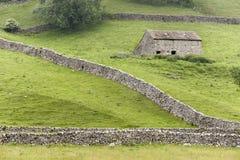Yorkshire dalar ladugård och väggar Arkivfoto