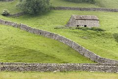 Yorkshire Dales barn and walls Stock Photo