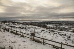 Yorkshire dans l'hiver, les champs neigeux et des barrières photographie stock libre de droits