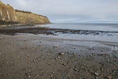 Yorkshire, Engeland, de Baai van Robin Hood ` s - kiezelstenen op het strand Stock Afbeelding