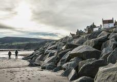 Yorkshire, Inglaterra, baía do ` s de Robin Hood - as pedras e o penhasco imagem de stock royalty free