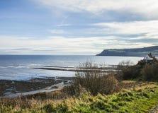 Yorkshire, Inglaterra, baía do ` s de Robin Hood - o mar e os prados fotografia de stock royalty free