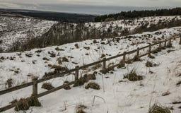 Yorkshire, l'Angleterre, horaire d'hiver, champs neigeux et barrières photos stock