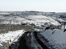 Yorkshire macht bedeckt im Schnee mit Straße fest Stockfotos