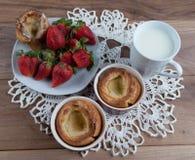Yorkshire pudding in ceramische ramekin en aardbei Stock Afbeeldingen