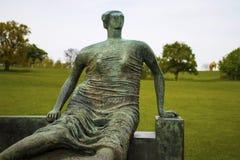 Yorkshire rzeźby park Drapująca Posadzona kobieta, 1957-8, obok On Zdjęcia Stock
