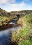Yorkshire-Talheidemoor-Packpferdbrücke Stockbilder