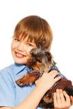 Yorkshire Terrier i sweater med att le pojken arkivfoto