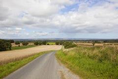 Yorkshire-Woldslandstraße Lizenzfreie Stockfotografie