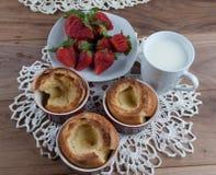 Yorkshirepudding i keramisk ramekin och jordgubbe royaltyfri fotografi