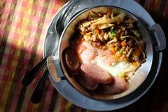 Yorlk dell'uovo in pentola con il fungo fritto dell'olio immagini stock