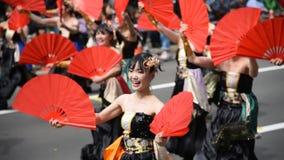 YOSAKOI Soran节日 强有力的舞蹈表现在大通公园,札幌游行市 股票视频