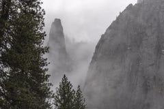 Yosemite в зиме с туманом вися вокруг стороны горы стоковые фотографии rf