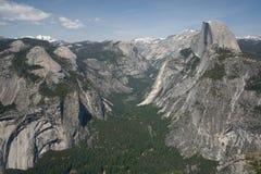 Yosemite и половинный купол Стоковая Фотография