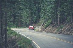 Yosemite, California, los E.E.U.U. - 18 de junio de 2014: Ford Mustang en una carretera con curvas en el parque nacional de Yosem imagen de archivo libre de regalías
