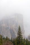 Yosemite dal med berg i dimman Royaltyfri Fotografi