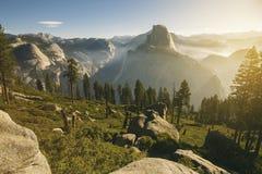 Yosemite dal med den halva kupolen under morgonsoluppgång royaltyfri bild
