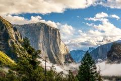Yosemite dal på den molniga höstmorgonen Royaltyfria Bilder