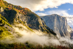 Yosemite dal på den molniga höstmorgonen Arkivfoto
