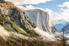 Yosemite dal på den molniga höstmorgonen Arkivbild