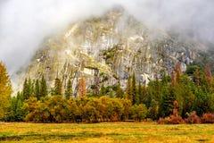 Yosemite dal på den molniga höstmorgonen Arkivfoton