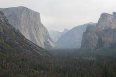 Yosemite dal på en disig dag royaltyfria bilder