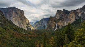 Yosemite dal på molnig dag under autum royaltyfri fotografi